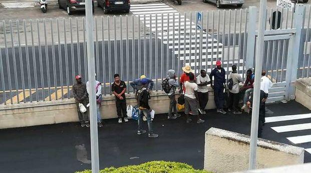 I braccianti nella caserma dei carabinieri di Civitanova, dopo i controlli