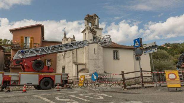 Il campanile crollato a Beverino (foto Frascatore)