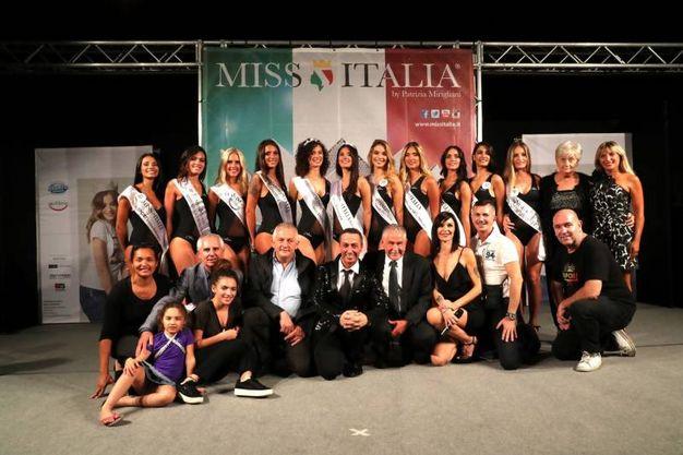 Le finaliste con lo staff e la giuria (Foto Marco Isola)