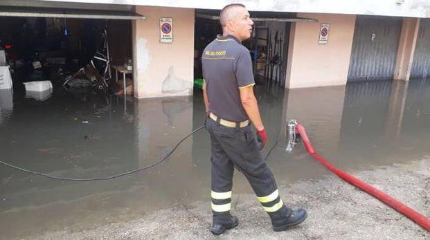 Vigili del fuoco al lavoro con le idrovore