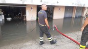 Vigili del fuoco in azione con le idrovore
