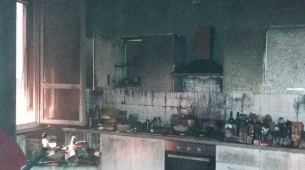 L'interno dell'appartamento incendiatosi