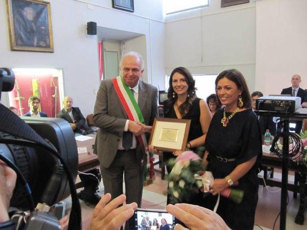 Urbino, Marica Branchesi (al centro) con il sindaco Maurizio Gambini e il presidente del consiglio comunale Elisabetta Foschi (Foto Lara Ottaviani)