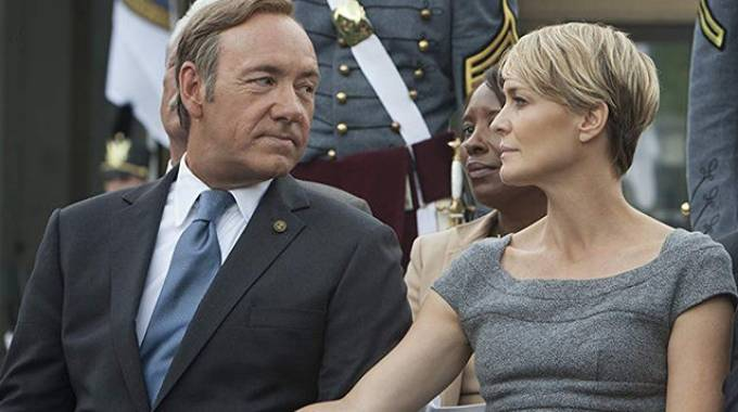 Kevin Spacey e Robin Wright nella serie tv 'House of cards' (Netflix)