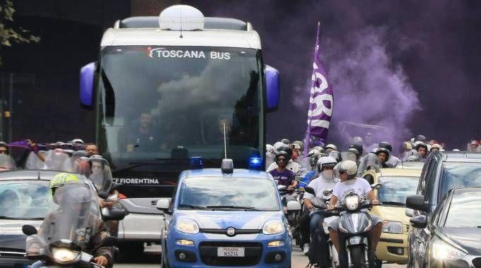 Fiorentina, un 'serpentone' viola scorta la squadra fino al Franchi(Fotocronache Germogli)