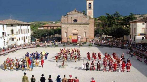 I congradaioli schierati in piazza d'Armi in occasione di una vecchia edizione del Palio