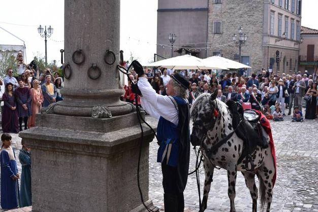 Alle anelle della colonna eretta in piazza della Libertà sono legate le buste contenenti i nomi delle famiglie o delle associazioni che avrebbero poi ospitato il 'forestiero' per il pranzo domenicale (foto Frasca)