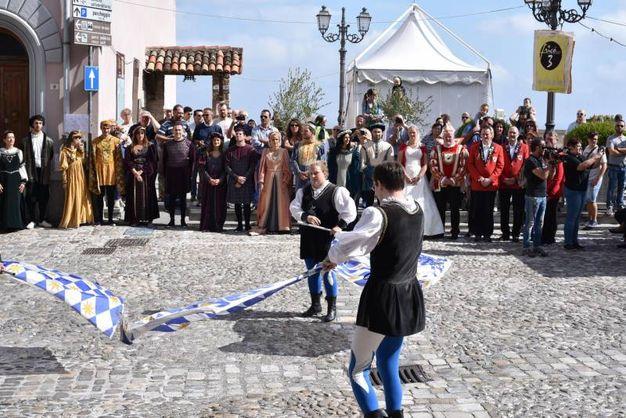 L'intero paese, insieme ad ospiti ufficiali e visitatori, si raccoglie nell'affascinante centro medievale (foto Frasca)