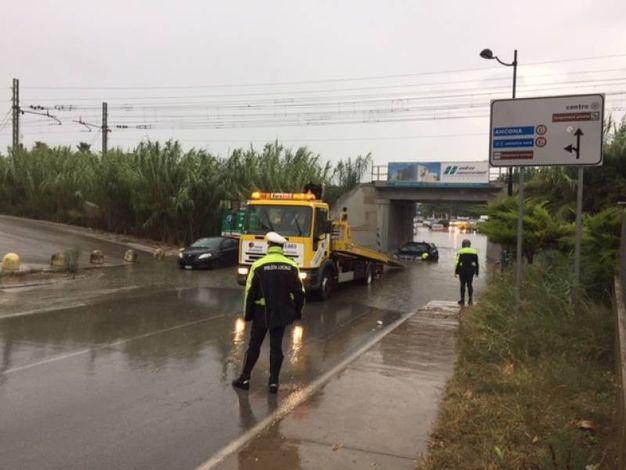 I soccorsi agli occupanti dell'auto bloccata nel sottopasso di via Canada a Porto Sant'Elpidio (foto Pettinari)