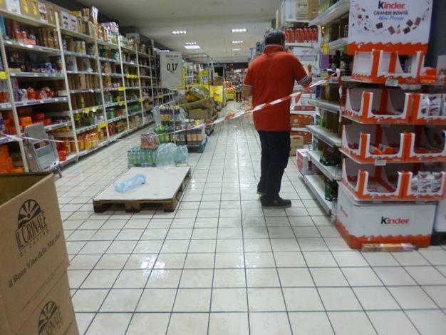 Le corsie del supermercato invase dall'acqua (foto Pettinari)