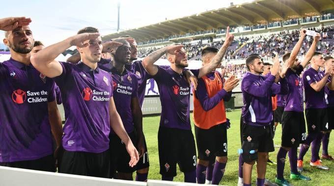 La Fiorentina e il saluto alla curva al termine della gara ricordando Astori (Germogli)