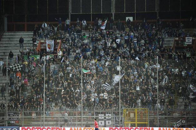 I tifosi dell'Ascoli arrivati a Perugia (Foto LaPresse)