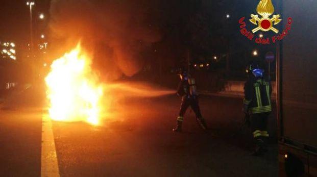L'Intervento dei pompieri sull'auto in fiamme