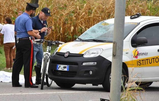 L'auto con il vetro anteriore sfondato (foto Artioli)