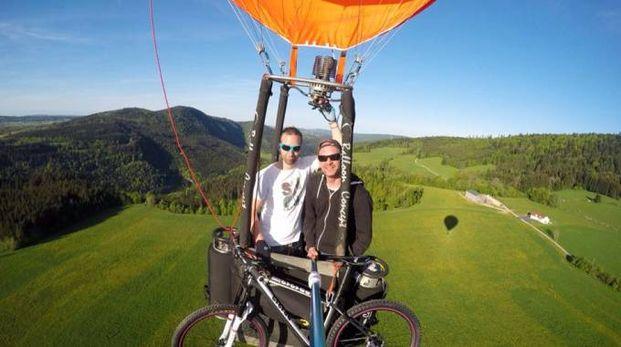 Pierrick Duvoisin con la sua mongolfiera ecologica