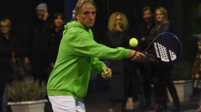 Mancini in azione mentre gioca a padole a Bologna
