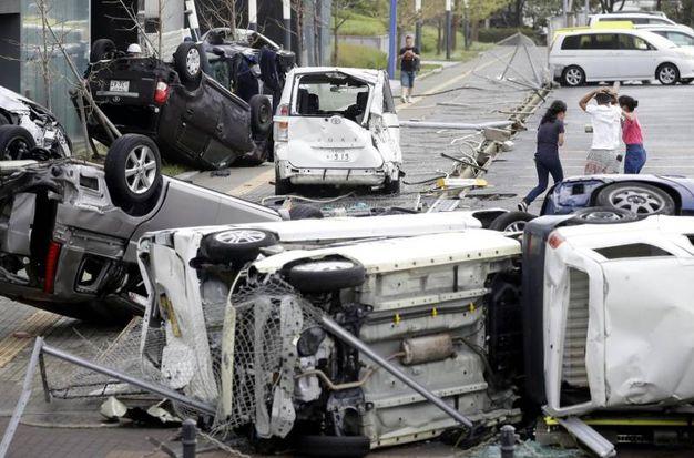 Auto distrutte dal tifone Jebi a Osaka (Ansa)
