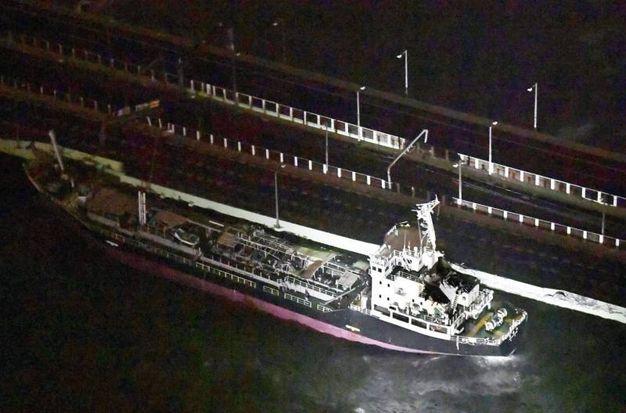 Una nave si è schiantata contro un ponte a Osaka a causa del tifone Jebi (Ansa)