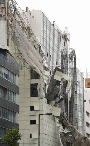 Impalcature crollate per i venti del tifone Jebi a Osaka, in Giappone (Ansa)