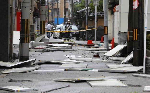Edifici colpiti dal tifone Jebi in Giappone (Ansa)