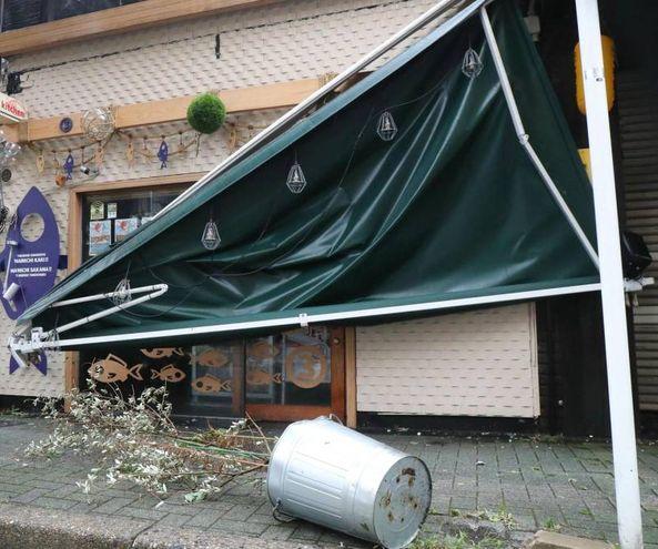Edifici colpiti dal tifone Jebi a Nagoya (Ansa)