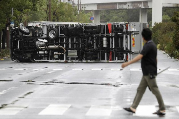 Un camion ribaltato dal tifone Jebi a Osaka (Ansa)