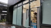 Vetrine distrutte dal tifone Jebi (Ansa)