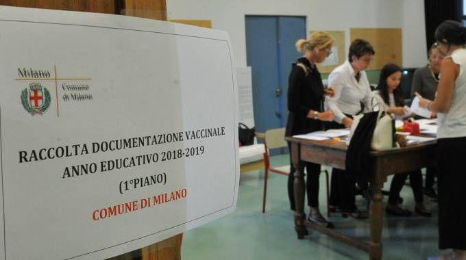 Vaccini, la consegna dei certificati in una scuola di Milano (Newpress)