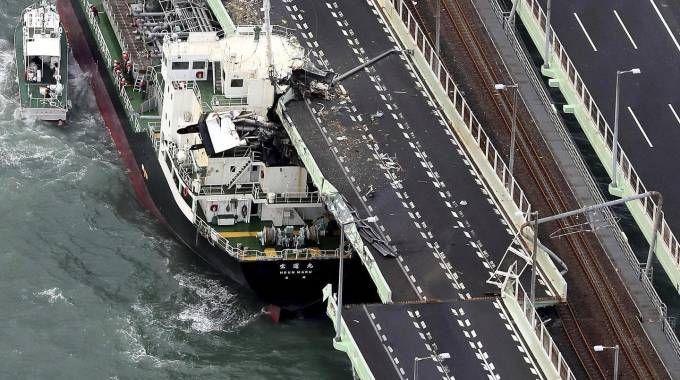 Tifone in Giapppone, petroliera contro ponte (Ansa)