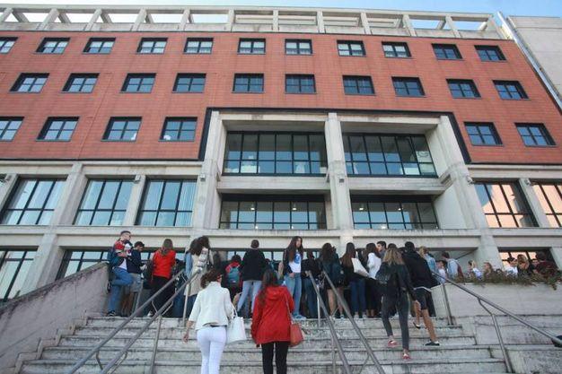 Sono stati 1037 i candidati  che hanno sostenuto oggi il test (60 quesiti a risposta multipla) per accedere alla facoltà di Medicina e Chirurgia e Odonotoiatria dell'università politecnica delle Marche (Foto Antic)