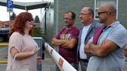 Il sindaco Giulia Mugnai con i dipendentio della Bekaert durante il passaggio dei ciclisti del Giro del Valdarno. (Foto Germogli)