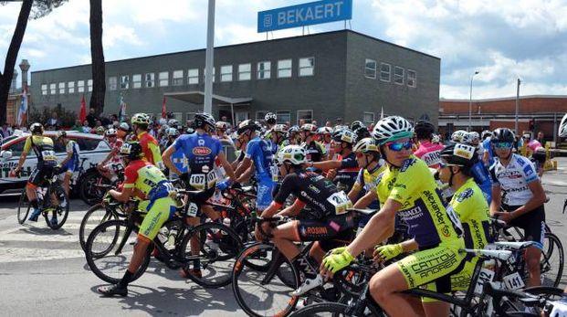 I ciclisti di fronte alla Bekaert (Fotocronache Germogli)