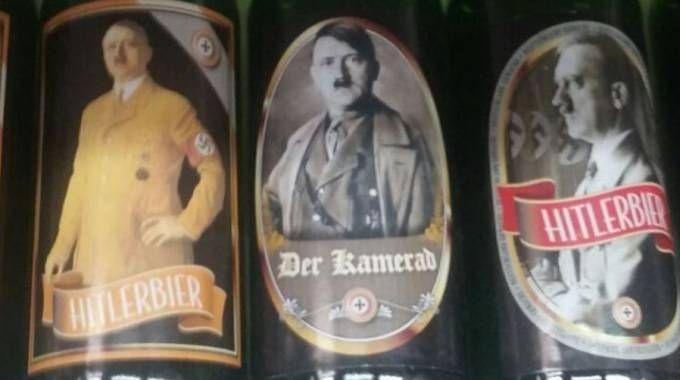 La maglietta con Adolf Hitler è un gadget acquistato a Predappio  (Foto repertorio)
