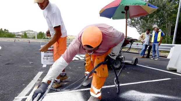 CANTIERI I venti lavoratori erano  impiegati sulle grandi autostrade del Nord Italia