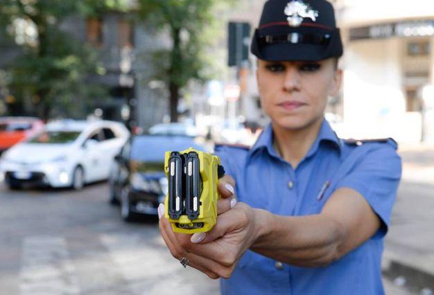 i ladri hanno più paura della pistola elettrica che di quella vera. ecco come funziona