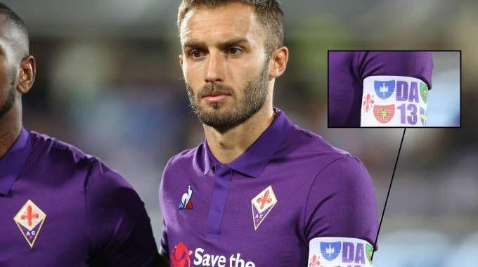 Pezzella con la fascia da capitano dedicata a Davide Astori (Germogli)