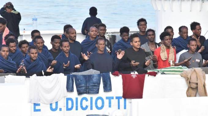 Migranti sulla nave Diciotti ferma in porto a Catania (Ansa)