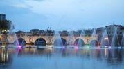 Lo show delle fontane danzanti nell'invaso del ponte di Tiberio: gioco di luci e musica (Foto Fabrizio Petrangeli)