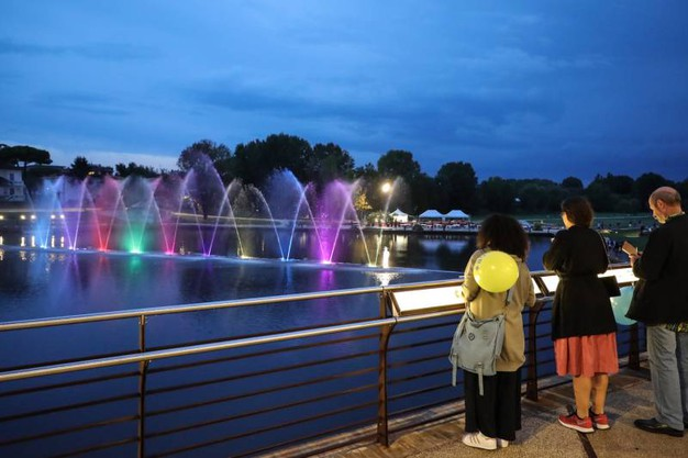 Uno spettacolo di grande suggestione, con le 13 fontane che hanno lanciato spruzzi fino a 40 metri d'altezza, accompagnate da giochi di luci e musica (Foto Fabrizio Petrangeli)