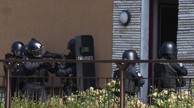 Carabinieri dei reparti speciali fuori dalla villetta
