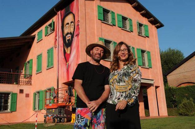 Mauro Rosselli, autore del murales, e Nicoletta Mantovani (foto Fiocchi)