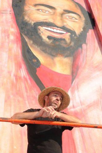 Mauro Rosselli e il murales-ritratto (foto Fiocchi)