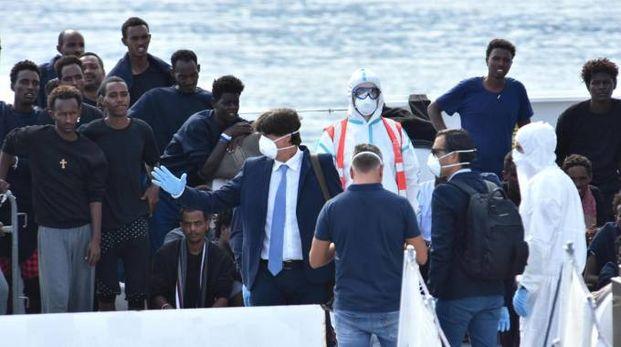 Migranti sulla nave Diciotti (Ansa)