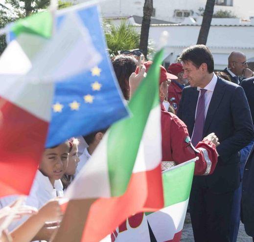 Tricolori e bandiere europee per Conte a Ischia (Ansa)
