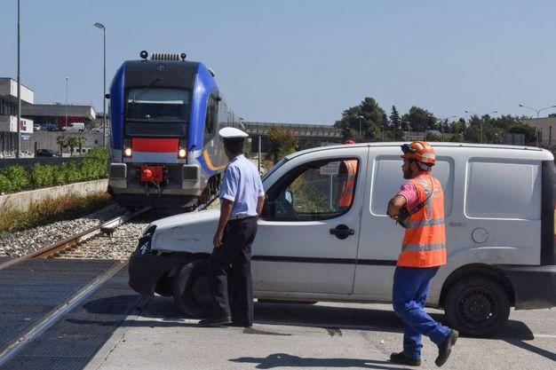 Il treno 'Swing' si ferma in tempo per evitare l'impatto con due mezzi furgonati intrappolati in un passaggio a livello (foto De Marco)