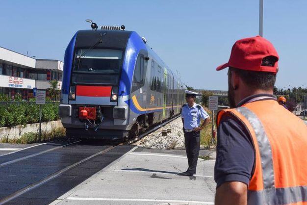 Il treno si ferma appena in tempo (foto De Marco)