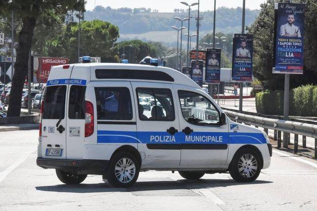 Sul posto i vigili urbani, la polizia stradale, il personale delle ferrovie (foto De Marco)