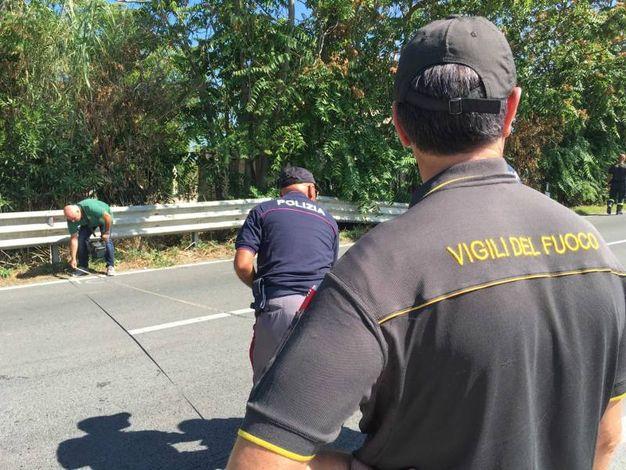 L'intervento di polizia e vigili del fuoco (foto De Marco)