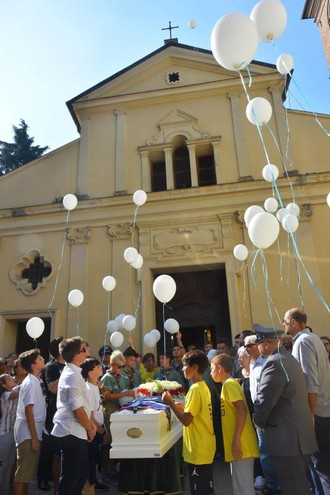Palloncini bianchi per l'addio a Gabriele Tricola, morto a 13 anni (foto Artioli)