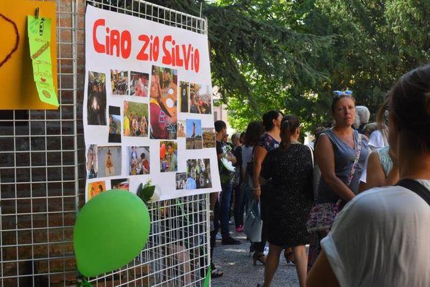 Tantissimi amici hanno voluto salutare 'Gabbo' per l'ultima volta (foto Artioli)